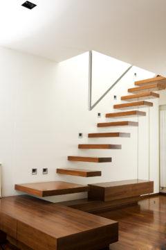 Scala a sbalzo con gradini in legno e corrimano in acciaio inox