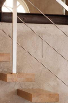 Scala a sbalzo con gradini in legno e ringhiera in acciaio inox