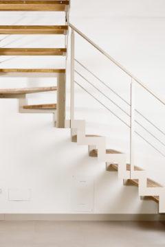 Scala a rampe in ferro e legno